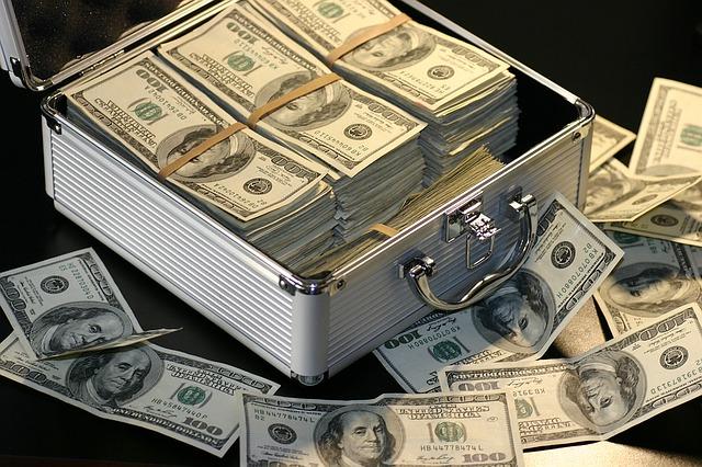 Konto oszczędnościowe oraz lokata są jedyni z najpopularniejszych sposobów na pomnażanie swojego kapitału. Łączą w sobie wiarygodność, duży poziom bezpieczeństwa oraz jasne zasady, które są bardzo ważne, jeśli w grę wchodzą duże sumy. Jednym z głównych pytań, jakie pojawia się przy okazji chęci zarobienia dodatkowych funduszy to, czy wybrać konto oszczędnościowe, czy lokatę bankową? Oba produkty nieco różnią się od siebie i będą dobre dla różnych klientów. Co zatem wybrać? Czym kierować się podczas dokonywania wyboru? Na co warto zwrócić uwagę? Odpowiedzi w krótkim poradniku.