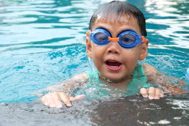 Gdzie nauczyć pływać dziecko w Krakowie