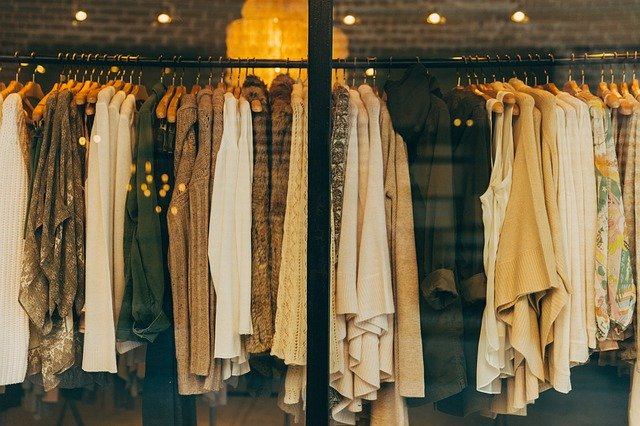 Czy istnieje część garderoby, która pasuje do wszystkiego? Poznaj możliwości bluzki basic